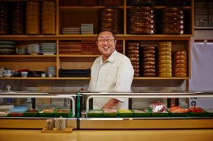 笑顔の寿司職人の写真素材 [FYI02056215]