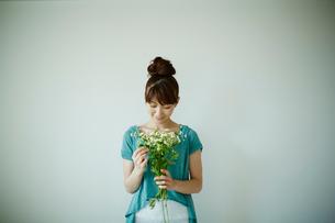 花束を持つ女性の写真素材 [FYI02056216]