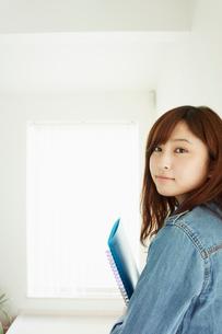 ノートを持った若い女性の写真素材 [FYI02056222]