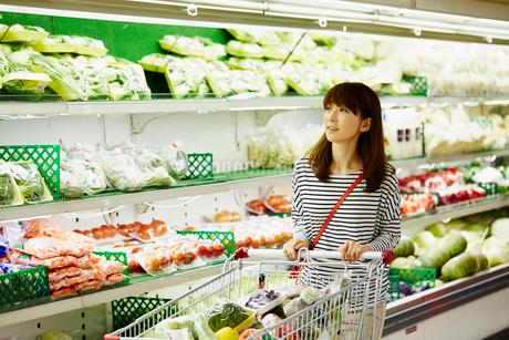 スーパーマーケットで買い物をする女性の写真素材 [FYI02056231]