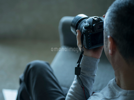 カメラを持つミドル男性の写真素材 [FYI02056234]