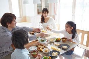 食事をするファミリーの写真素材 [FYI02056248]