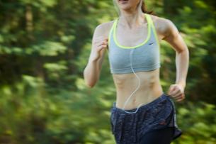 ランニングをする女性の写真素材 [FYI02056251]
