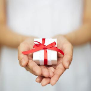 プレゼントを持つ女性の手の写真素材 [FYI02056255]