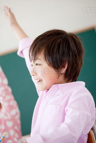 教室で挙手する小学生の男の子の写真素材 [FYI02056259]