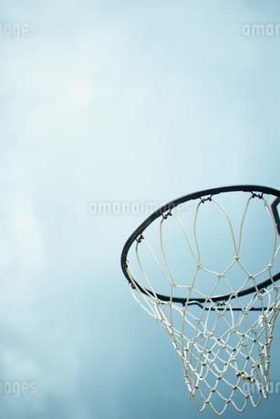 バスケットボールのゴールと空の写真素材 [FYI02056266]