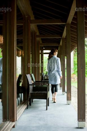 軒下を歩く女性の写真素材 [FYI02056268]