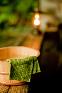露天風呂の風呂桶と手ぬぐいの写真素材 [FYI02056272]