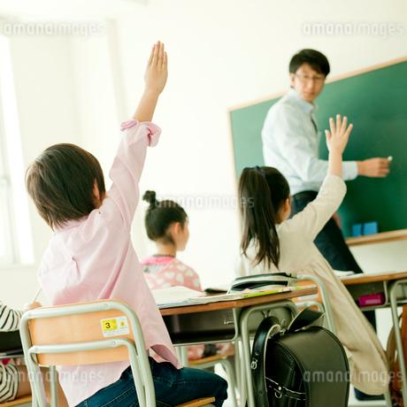 授業中に挙手する小学生の写真素材 [FYI02056282]