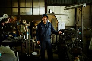 笑顔の工場作業員の写真素材 [FYI02056295]