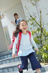 走るランドセルを背負った女の子と見送る母親の写真素材 [FYI02056305]