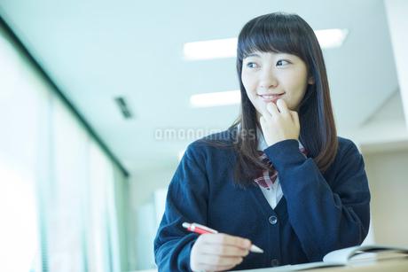 勉強する女子学生の写真素材 [FYI02056306]
