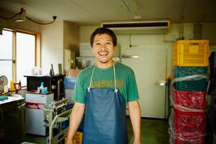 エプロンをつけた氷店の笑顔の男性の写真素材 [FYI02056310]