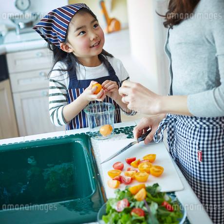 料理をする女の子と母親の写真素材 [FYI02056313]