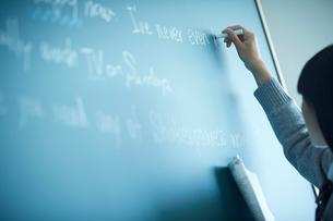 黒板に書く女子学生の写真素材 [FYI02056318]