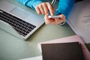 デスクワークをする女性の手元の写真素材 [FYI02056336]