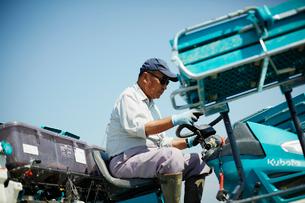 田植え機を操作する農夫の写真素材 [FYI02056342]