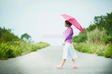 傘をさして歩く女性の写真素材 [FYI02056358]