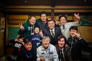 笑顔の職場同僚と家族の写真素材 [FYI02056376]