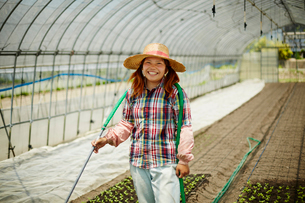 ビニールハウスの中の笑顔の農婦の写真素材 [FYI02056402]