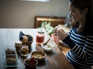 朝食を食べる女性の写真素材 [FYI02056406]