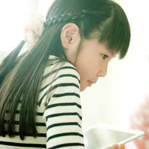 タブレットを持つ小学生の女の子の写真素材 [FYI02056421]