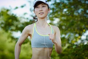 ランニングをする女性の写真素材 [FYI02056430]