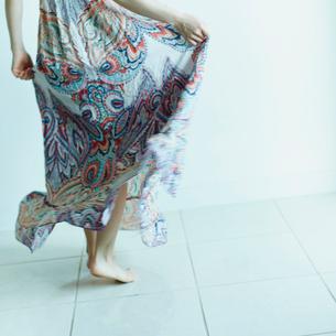 スカートを穿いた女性の足元の写真素材 [FYI02056434]