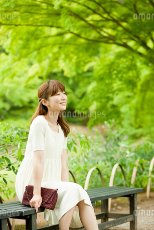 ベンチに座る女性の写真素材 [FYI02056440]