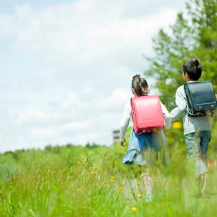 小学生の男の子と女の子の後ろ姿の写真素材 [FYI02056446]