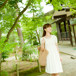 バッグを持って散策する女性の写真素材 [FYI02056447]