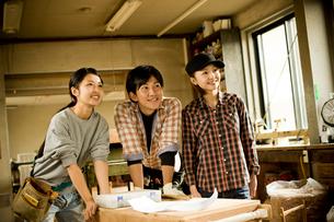 作業場に立つ3人の若者達の写真素材 [FYI02056464]