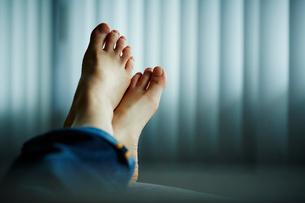 寝転がる女性の足の写真素材 [FYI02056472]