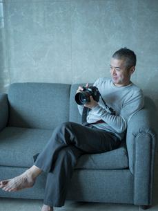 カメラを持つミドル男性の写真素材 [FYI02056479]