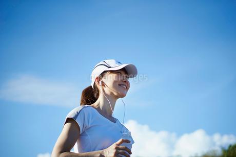 ランニングの途中で水を飲む女性の写真素材 [FYI02056480]