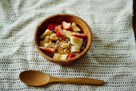 イチゴとバナナをトッピングしたグラノーラの写真素材 [FYI02056481]