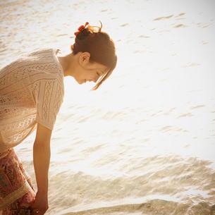 波打ち際で戯れる女性の写真素材 [FYI02056488]