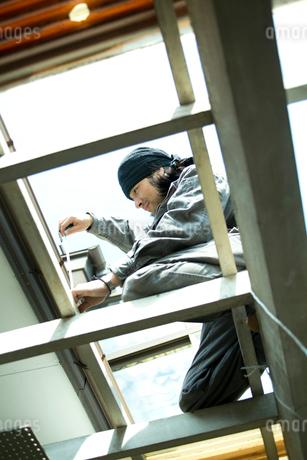 屋根の修繕をする男性の写真素材 [FYI02056493]