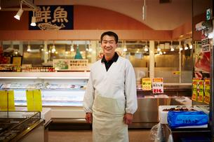 笑顔の魚屋店員の写真素材 [FYI02056497]