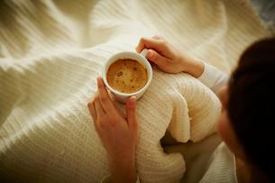コーヒーを持つ女性の写真素材 [FYI02056510]