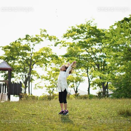 公園で遊ぶ女の子の写真素材 [FYI02056515]