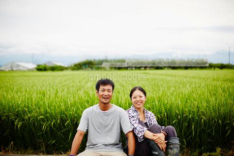 水田と笑顔の農家夫婦の写真素材 [FYI02056523]