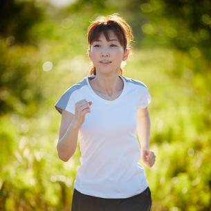 ランニングをする女性の写真素材 [FYI02056525]