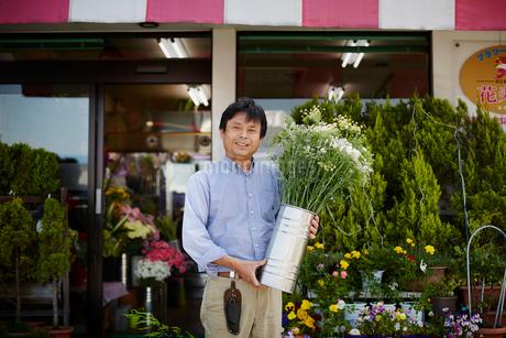 花屋の店主の写真素材 [FYI02056526]