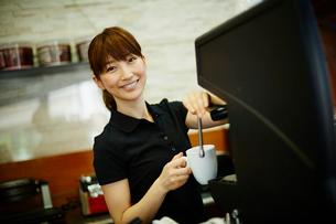 カフェで働く女性の写真素材 [FYI02056532]