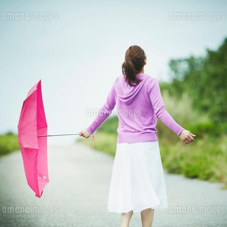 傘を持って空を見上げる女性の写真素材 [FYI02056539]