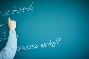 黒板に書く女子学生の手の写真素材 [FYI02056547]