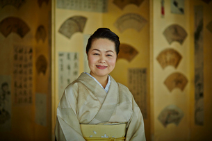 和服を着た笑顔の女将の写真素材 [FYI02056551]