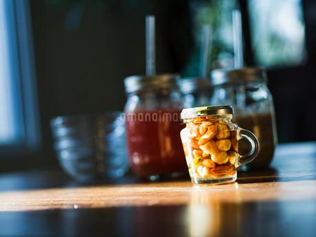 ミックスナッツの瓶詰とスムージーの写真素材 [FYI02056555]