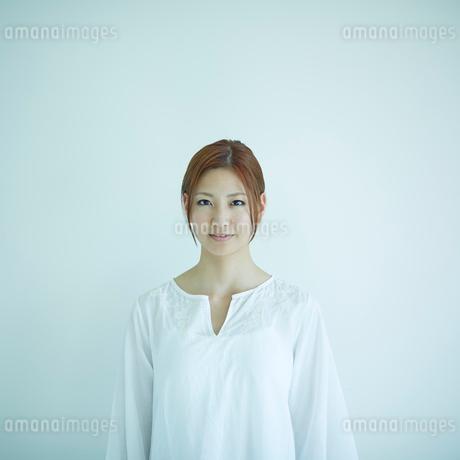 若い女性のポートレートの写真素材 [FYI02056560]